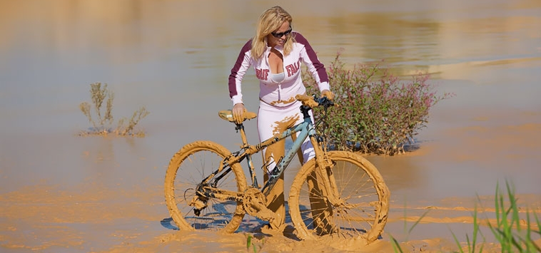 BLONDE GIRL ON MTB – WHAT WENT WRONG ?