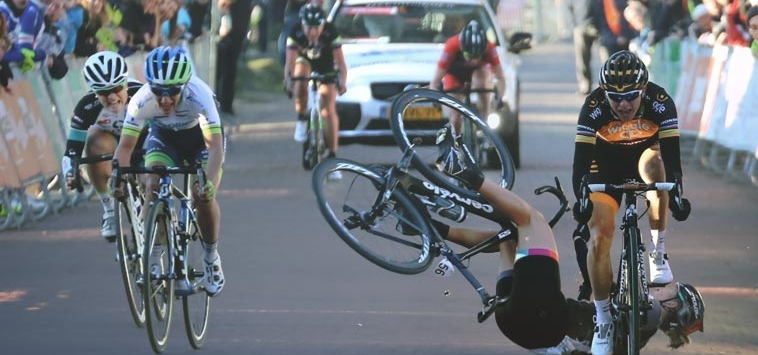WHAT A …. !!! SPECTATOR SLAPS THE RIDER OFF THE BIKE